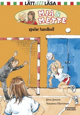 Mia och Mette spelar handboll